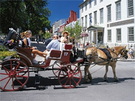 Calèche dans le Vieux-Québec (crédit : Office du tourisme de Québec, Yves Tessier)