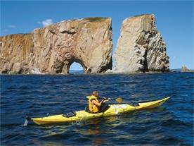 Kayak de mer au pied du Rocher Percé (crédit : Michel Julien, ATRG )